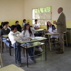 Hernando visitó la Escuela Media y entregó subsidios en Salazar